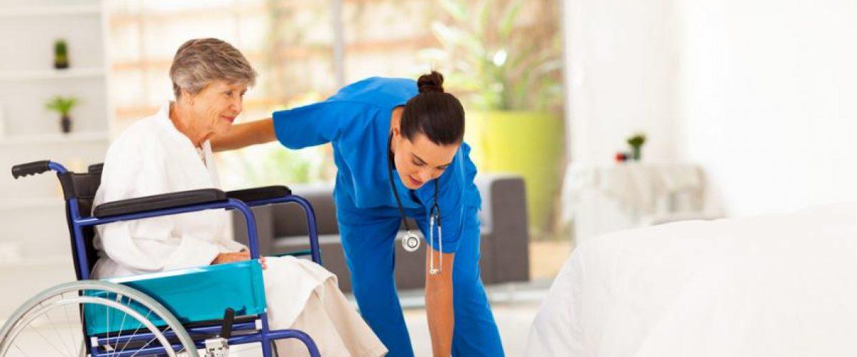 Como realizar transferência (mudança postural) da cama para cadeira de rodas?