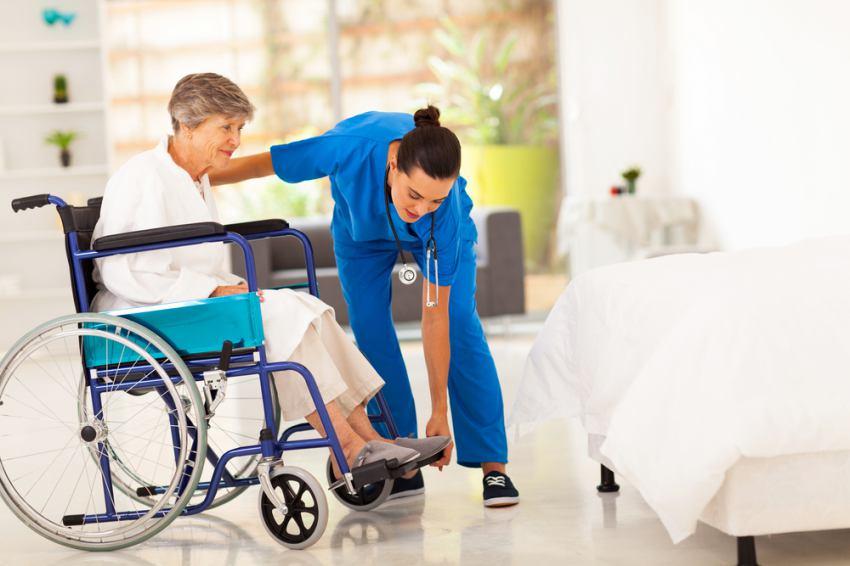 Casa de Repouso - transferindo o idoso da cadeira de rodas para cama