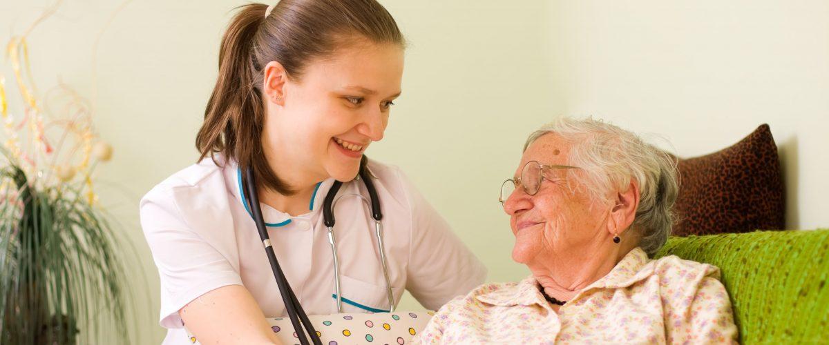 Diferenças entre um cuidador de idosos e o serviço de home care