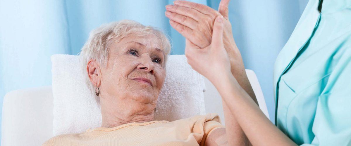 A osteoporose é comum em idosos, podendo levar a fratura dos ossos. Saiba como preveni-la.